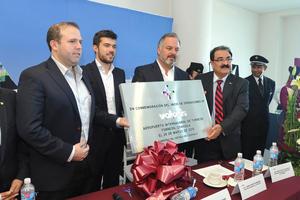 Volaris entregó una placa conmemorativa a los representantes del Aeropuerto de Torreón por el inicio de las operaciones en esta terminal.