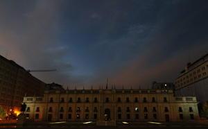 El Palacio de la Moneda en Santiago de Chile se mostró sin las habituales luces que lo engalanan.