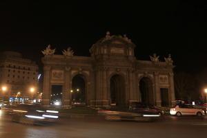 La mítica Puerta de Alcalá se apagó en Madrid.