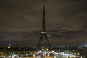 La majestuosa Torre Eiffel fue apagada durante una hora, dándole a París un toque inusual.