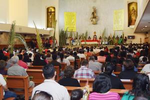 El obispo encabezó la misa en la catedral del Carmen.