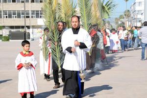 Después de una breve reflexión sobre esta fecha, el contingente partió en procesión sobre la avenida Matamoros rumbo a la catedral del Carmen.