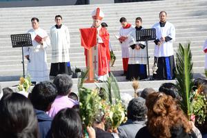 El obispo José Guadalupe Galván Galindo encabezó la ceremonia inicialmente en la Plaza Mayor.