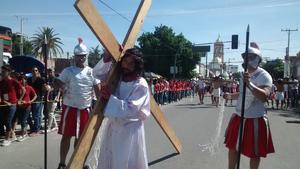 Cientos de feligreses presenciaron y siguieron el recorrido del Viacrucis.