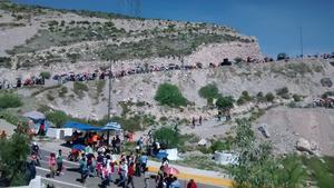 Familias enteras acudieron desde temprana hora para recorrer los 2.5 kilómetros de trayecto, junto a los 40 autores que participaron en la representación.