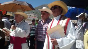 El obsipo José Guadalupe Galván Galindo, presidio el Via Crucis en el Cerro de la Noas y el cual fue acompañado por el alcalde de Torreón, Miguel Riquelme.