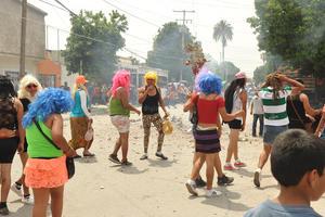 Las calles de la colonia Francisco Zarco, popularmente conocida como Trincheras, se llenaron de color y humo con la Quema de Judas, cinco figuras tipo piñata.