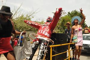 En esta ocasión fueron cinco figuras tipo piñata a las que se les prendió fuego.