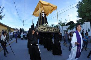 Entre oraciones y velas, los asistentes recorrieron las calles de Viesca.