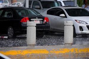 Conductores intentaron resguardar sus vehículos para evitar daños.