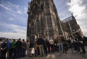 Afuera de la Catedral se reunió una gran cantidad de personas que también se vieron sacudidas por la tragedia.