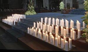 También se colocaron 150 velas, una por cada víctima, incluyendo al copiloto Andreas Lubitz, quien supuestamente estrelló el avión de forma deliberada.