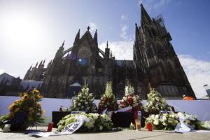 Arreglos florales representaron la manera de los familiares de honrar la memoria de sus seres queridos.
