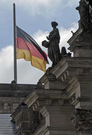 Mientras se realizaba el acto, una bandera alemana ondeó a media asta sobre el Reichstag, edificio que alberga el Parlamento Alemán.