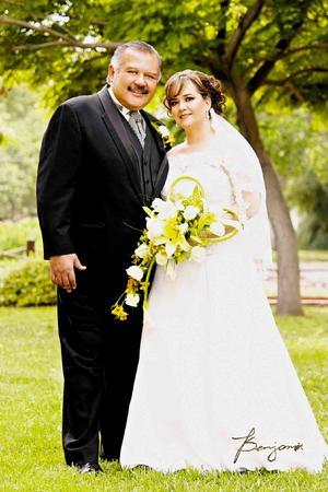 Dr. Juan Antonio Olivas Carrillo y Sra. Érika Limón de Olivas contrajeron nupcias el 16 de abril de 2014, por lo cual festejaron en días pasados su primer aniversario de bodas.- Benjamín Fotografía