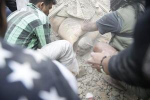 Cientos de personas quedaron atrapadas bajo los escombros.
