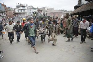 Decenas de personas heridas fueron llevadas al hospital principal en el centro de Katmandú.