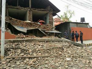 Una réplica de magnitud 6.6 sacudió la zona una hora más tarde. Réplicas menores continuaron creando tensión en la región durante horas.