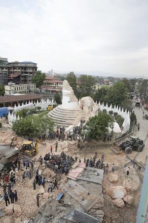 El sismo, con una magnitud preliminar de 7.9, ocurrió antes del mediodía y se sintió más en la capital nepalí, así como en el Valle de Katmandú, densamente poblado.