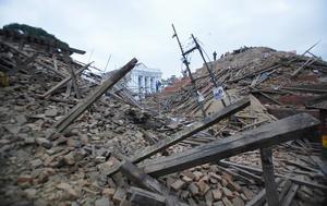 El fuerte terremoto de 7.9 grados mató a cientos de personas, al derrumbar casas, arrasar con templos centenarios y provocar avalanchas en el Himalaya.