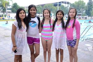 EN LA ALBERCA DE VACACIONES  En la foto: Metzli, Mariana, Michelle, Dafne, Mónica