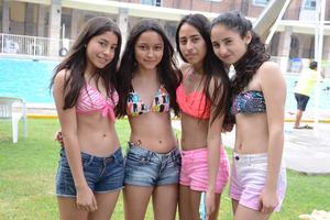 EN LA ALBERCA DE VACACIONES  En la foto: Ivana, Ana, Jaqueline, Mónica