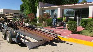 Tras verse en la necesidad de abandonar las instalaciones y entregar las llaves, fierros, bicicletas, objetos personales fueron sacados del lugar en remolques y camionetas.