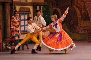 Haciendo gala de una gran técnica de ballet, entre frases y formas, los más de 20 bailarines representaron la peculiar historia de amor.