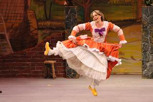 Los artistas salieron a bailar alegremente en el centro del escenario.