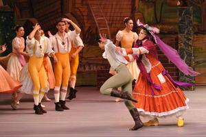 El telón del teatro lagunero se levantó en punto de las 5:00 de la tarde, para que la coreografía de José Luis González, según la original de Jean Dauberval, atrapara a los asistentes desde el primer cuadro.