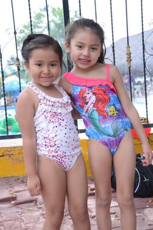 EN LA ALBERCA DE VACACIONES  En la foto: Ximena y Erika