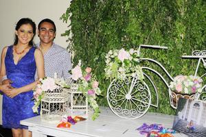 La pareja de enamorados lució muy contenta en este día tan especial junto a sus padres.
