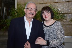 EN PAREJA.  Alejandro y Marilú.