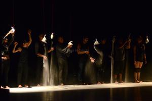 Para terminar, diez sacos de arena aparecieron y fueron reventados por los bailarines, como una alegoría al tiempo.