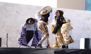 """El grupo se adentró al centro del lugar, mientras """"zapateaban"""" al son de la música tradicional con la que aproximadamente 30 músicos, entre violinistas y percusionistas amenizaban sobre el escenario."""