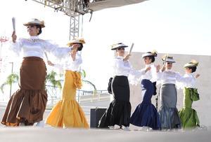 Bajo el inclemente sol lagunero y con un retraso de 45 minutos, dio inicio la Muestra de Danzas Tradicionales y Grupos de Folclor en la Plaza Mayor.