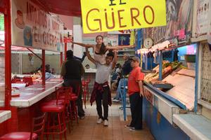 Los jóvenes se llevaron las miradas de clientes y comerciantes dem Mercado Juárez.