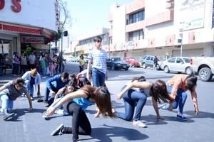 Entre las 11:00 y las 12:00 del día, 14 jóvenes ejecutaron diversas coreografías en los cruceros de las calles Acuña y Juárez e Hidalgo.