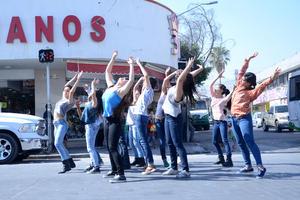 Ante miradas de asombro y muestras de curiosidad, los alumnos de la Escuela Municipal de Danza intervinieron con sus piruetas la calle Acuña y el Mercado Juárez.
