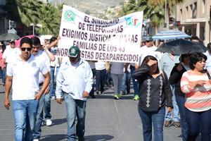 Una de las marchas fue organizada por el Sindicato de Telefonistas, en la que participaron simpatizantes de Morena, así como la Coordinadora Nacional de Trabajadores de la Educación, logrando reunir a más de 600 personas.