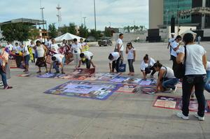 En silencio y portando mantas con las fotografías de sus hijos, sobrinos o amigos, partieron del Bosque Venustiano Carranza rumbo a la Plaza Mayor de Torreón.