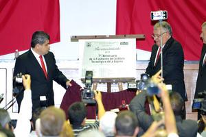 Con motivo de la sesión solemne, se develó una placa conmemorativa a la fundación de la institución.