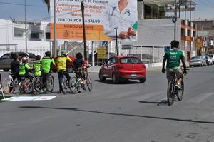 Por 24 horas, los ciclistas dan vueltas a la Plaza Mayor de Torreón.