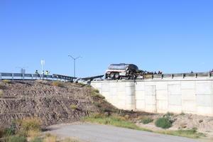 El camión quedó por encima de la barrera de contención.
