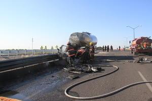 Debido al fuerte impacto la cabina del camión se incendió y se calcinó en su totalidad.