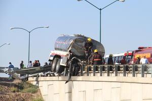 De acuerdo con el reporte de la Policía Federal, División Caminos, la unidad circulaba de oriente a poniente por la carretera San Pedro-Torreón, cuando se le tronó la llanta derecha al momento de ir subiendo el puente que corre sobre la carretera del libramiento norte.