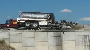 La unidad siniestrada es un tractocamión marca Freightliner, color blanco, con placas de circulación FT-65625 del estado de Durango.
