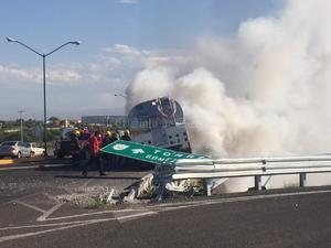 El aparatoso percance se registró en la carretera San Pedro-Torreón a la altura del puente que cruza el nuevo libramiento norte.