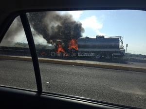 La unidad ardió en llamas tras impactarse contra la barrera de contención de un puente.