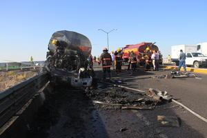 Un tractocamión que arrastraba una pipa con aproximadamente 14 mil litros de leche chocó y se incendió  sobre el puente que cruza el nuevo libramiento norte.